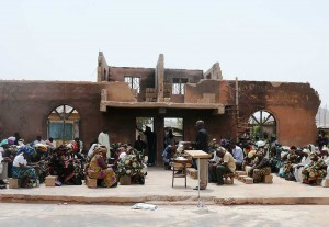 Nigeria: Christen feiern ihren Gottesdienst auf dem Fundament ihrer abgebrannten Kirche Quelle: Open Doors